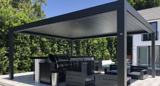 IQ Outdoor Kitchen Cover with a freestanding aluminum louvre rood structure and LED lights